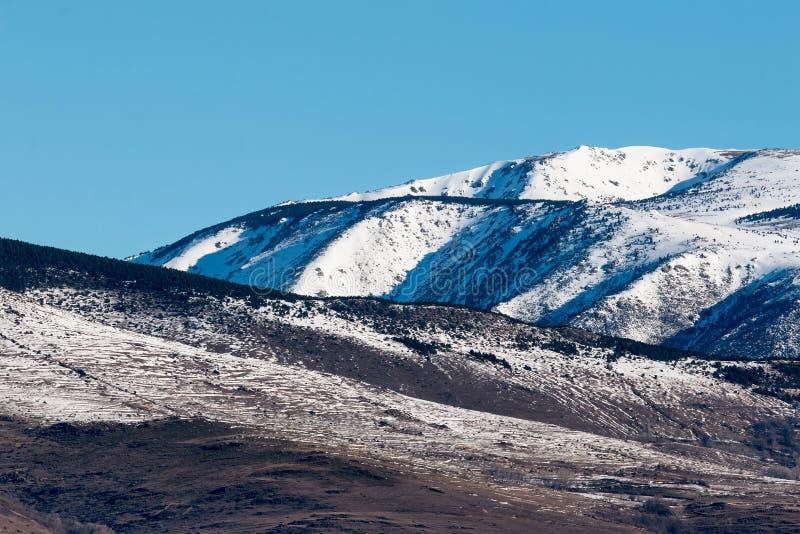 Download Sneeuwbergen stock afbeelding. Afbeelding bestaande uit boom - 39101983