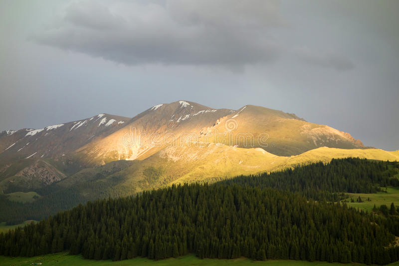 Sneeuwbergen bij zonsondergang royalty-vrije stock afbeeldingen