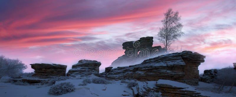 Sneeuwbergen, rotsen en berkbomen royalty-vrije stock afbeeldingen