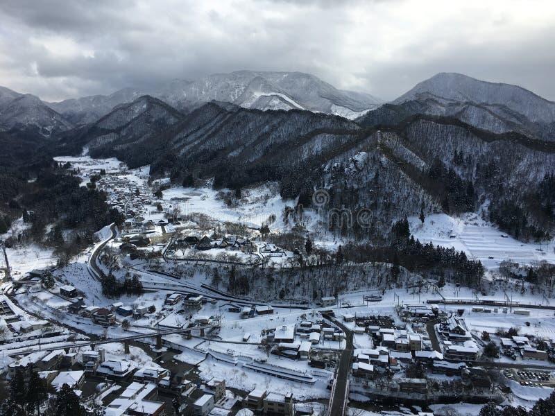 Sneeuwbergmening van de tempel van Yamadera Risshaku in Yamagato Ja royalty-vrije stock fotografie