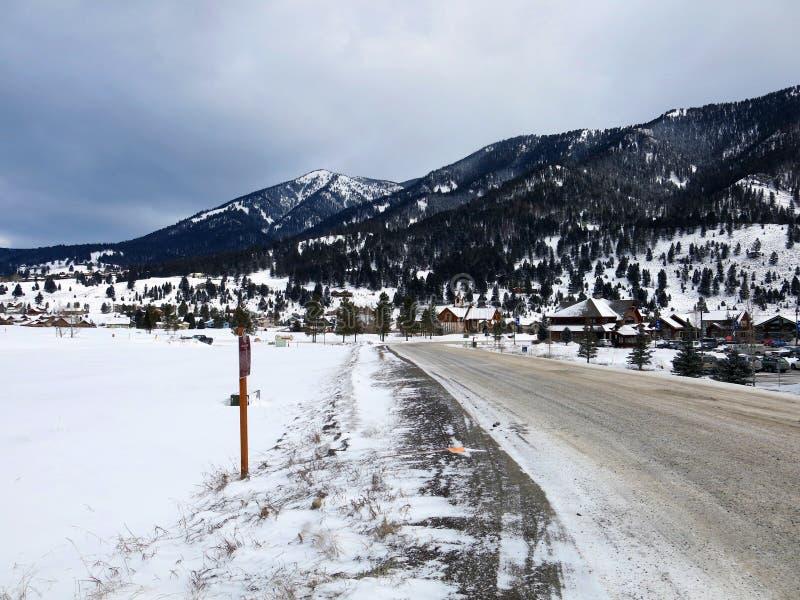 Sneeuwbergweg door de Bergen stock fotografie