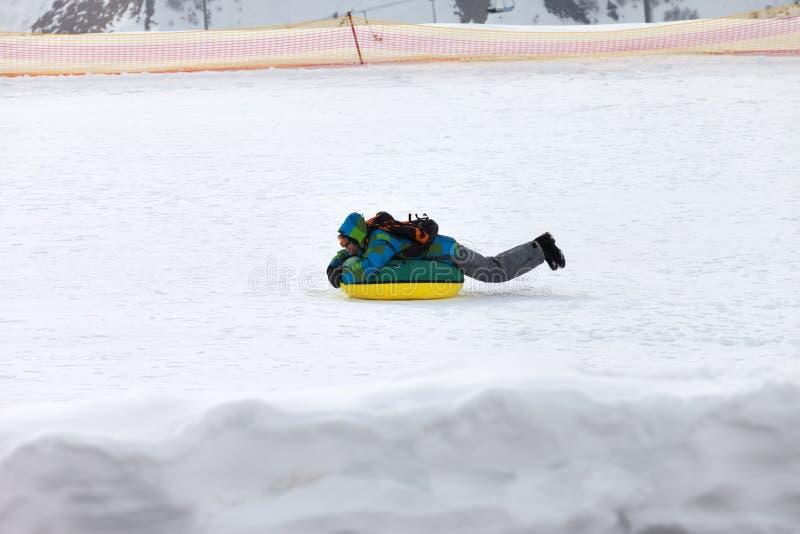 Sneeuwbuizenstelsel bij de skitoevlucht bij zonnige de winterdag in bergen stock foto's
