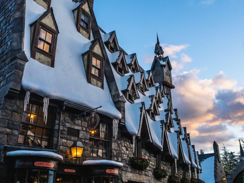 Sneeuwdorp bij zonsondergang in Wizarding-Wereld van Harry Potter stock afbeelding