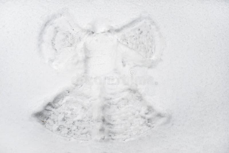 Sneeuwengel in de witte sneeuw wordt gemaakt die royalty-vrije stock foto