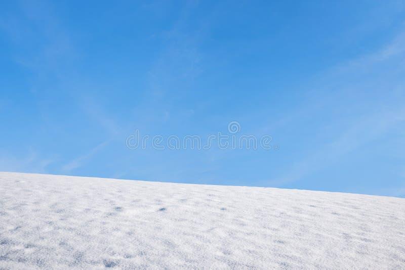 Sneeuwgebied en blauwe hemel, winterse achtergrond royalty-vrije stock fotografie
