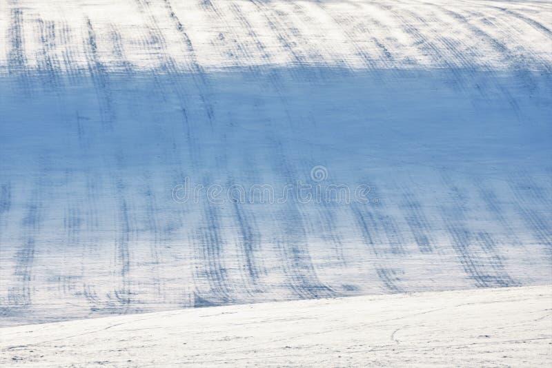 Sneeuwheuvel met strepen op gebied stock afbeelding