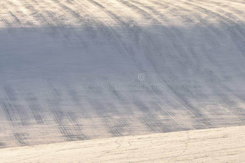 Sneeuwheuvel met strepen op gebied stock afbeeldingen