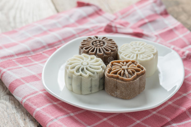 Sneeuwhuid mooncake op witte plaat stock foto