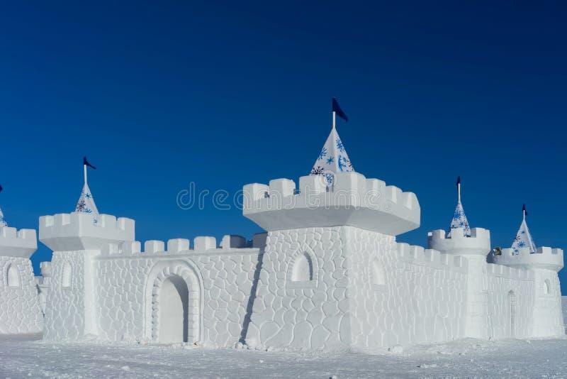 Sneeuwkasteel in een bevriezende koude duidelijke dag royalty-vrije stock foto
