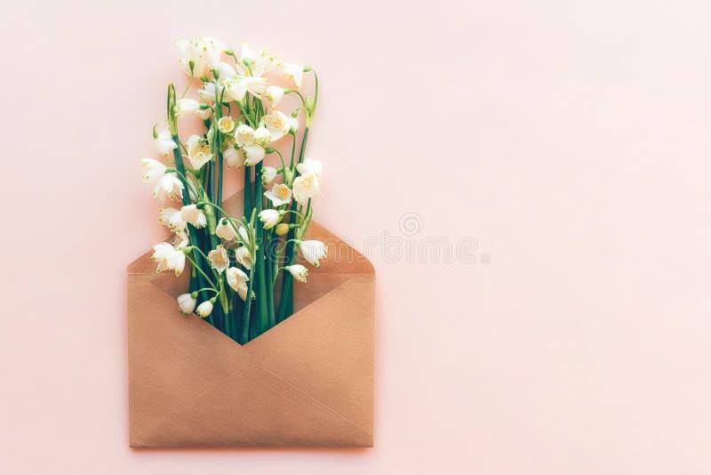 Sneeuwklokjebloemen in document envelop stock afbeelding