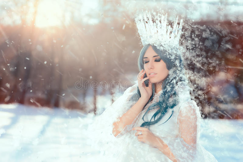 Sneeuwkoningin in het Landschap van de de Winterfantasie stock afbeeldingen