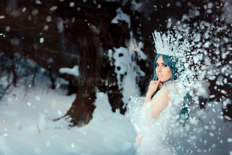 Sneeuwkoningin in het Landschap van de de Winterfantasie stock foto