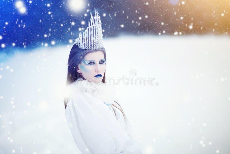 Sneeuwkoningin in het Landschap van de de Winterfantasie - Mooie prinses met ijskroon in de winterland royalty-vrije stock fotografie