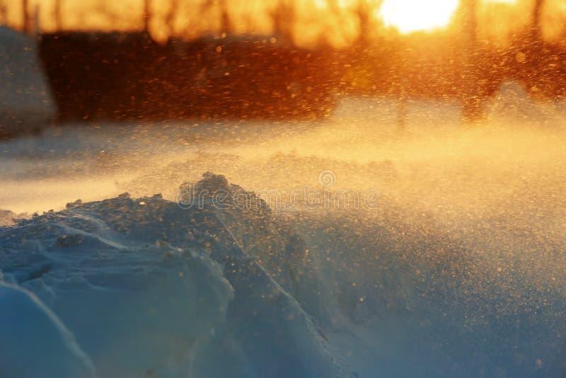 Sneeuwlandschap bij zonsondergang in de wintertijd stock afbeeldingen