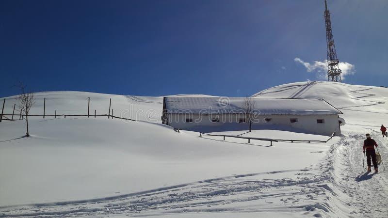 Sneeuwlandschap en skialpinisme royalty-vrije stock afbeeldingen