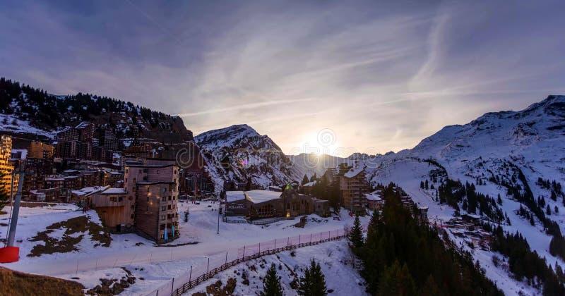 Sneeuwlandschap van Avoriaz-skitoevlucht in Frankrijk op een zonnige dag royalty-vrije stock foto's