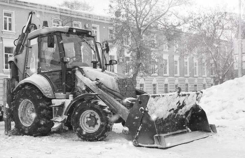 Download Sneeuwmachine Met Een Stad Van De Emmer Openluchtstraat Stock Afbeelding - Afbeelding bestaande uit openlucht, lader: 107708129