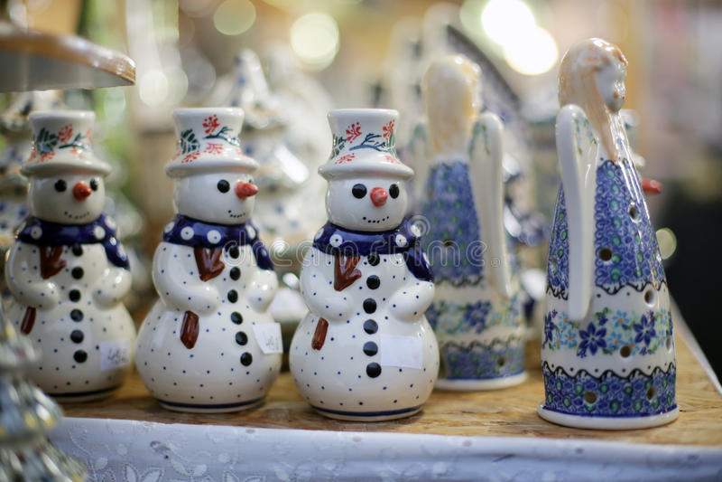 Sneeuwman bij Kerstmismarkt stock foto's