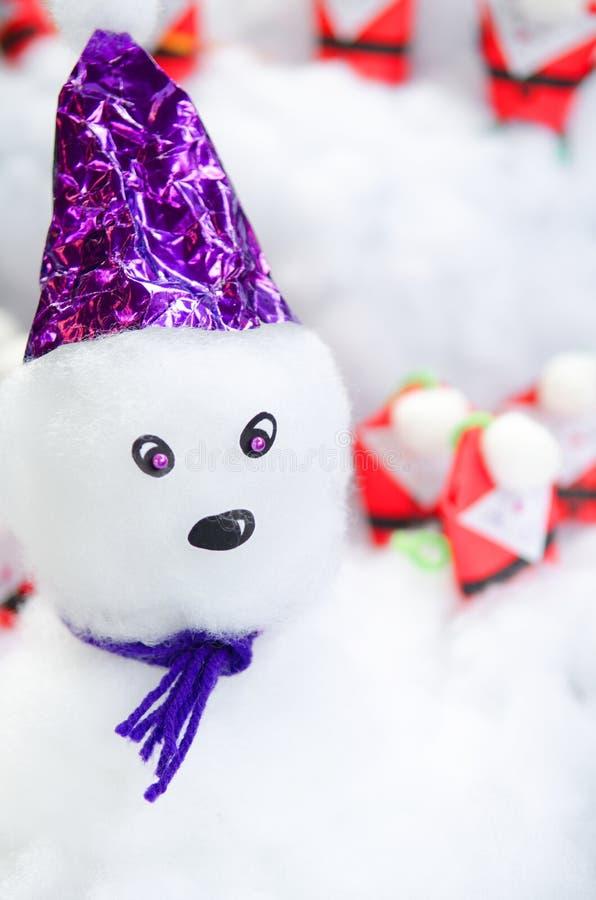 Sneeuwman in de sneeuw stock foto's