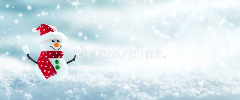 Sneeuwman in de sneeuw royalty-vrije stock fotografie