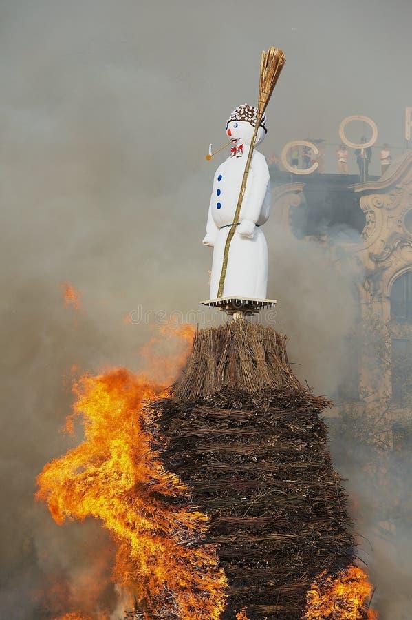 Sneeuwman die tijdens het traditionele festival van Sechselauten in Zürich, Zwitserland worden gebrand royalty-vrije stock afbeeldingen