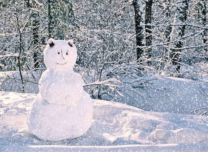 Sneeuwman die zich in sneeuw de winter bos Vrolijke Kerstmis en de Gelukkige kaart van de Nieuwjaargroet met exemplaarruimte bevi royalty-vrije stock fotografie