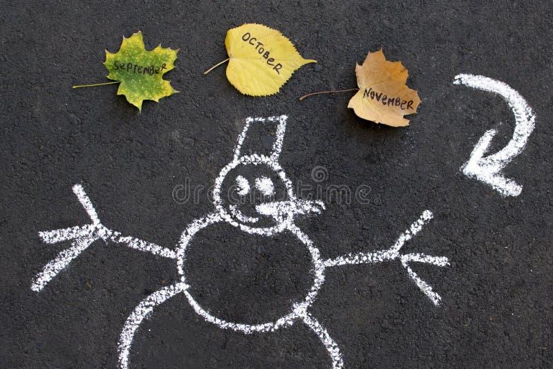 Sneeuwman en de herfst de verandering van bladerenseizoenen royalty-vrije stock foto's