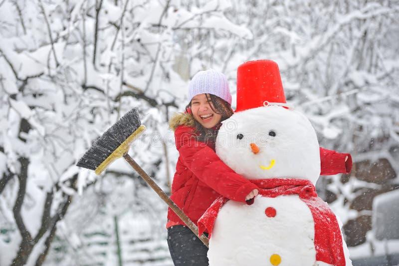 Sneeuwman en jong meisje stock foto's