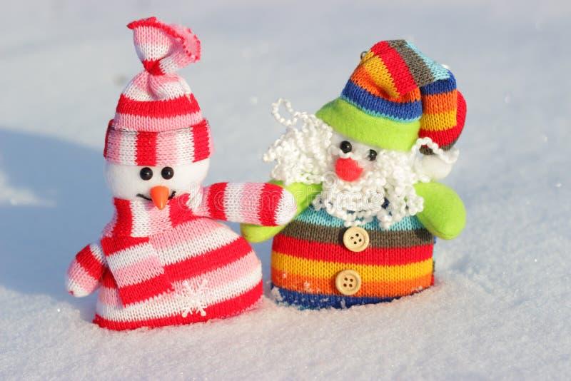Sneeuwman en Kerstman in de sneeuw royalty-vrije stock fotografie