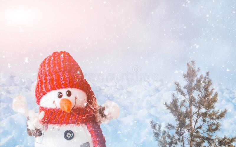 Sneeuwman en sparren op sneeuw royalty-vrije stock foto's
