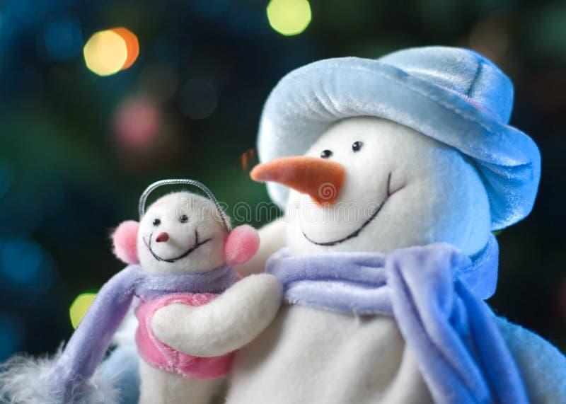 Sneeuwman met zijn kleine baby stock foto