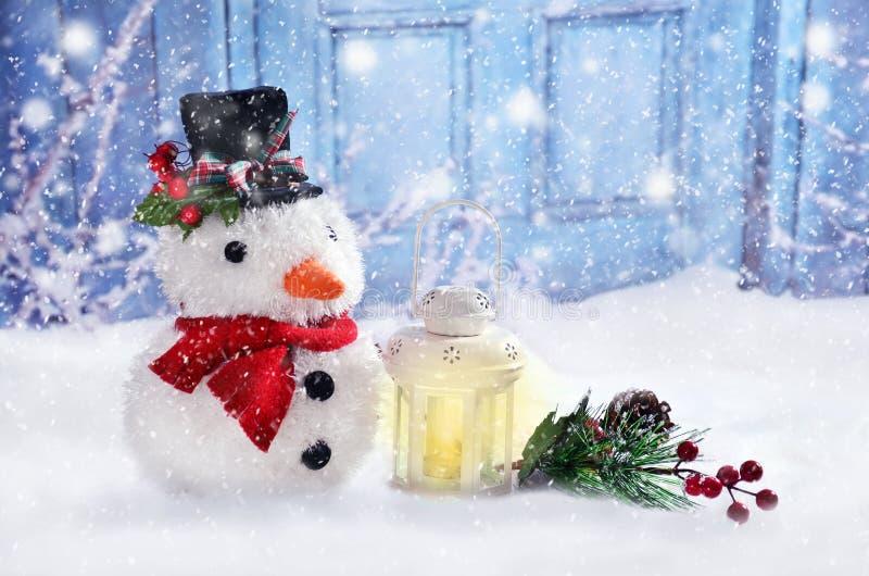 Sneeuwman in modieuze hoed met Kerstmisdecoratie stock afbeelding