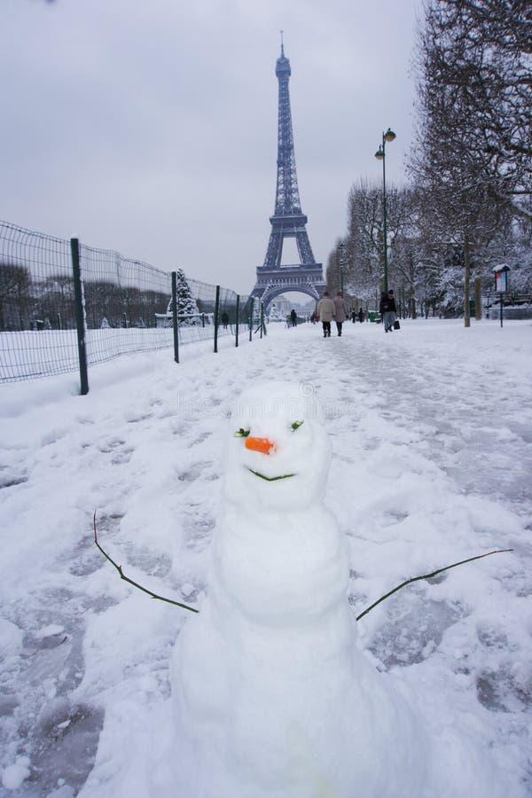 Sneeuwman onder de toren van Eiffel stock afbeeldingen
