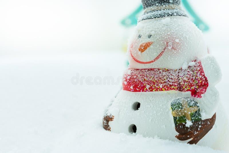 Sneeuwman op sneeuw royalty-vrije stock afbeeldingen