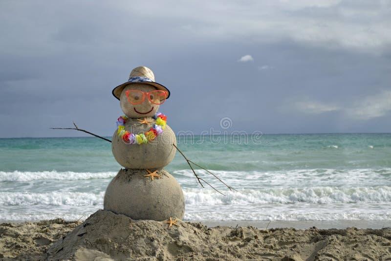 Sneeuwman op strand royalty-vrije stock fotografie