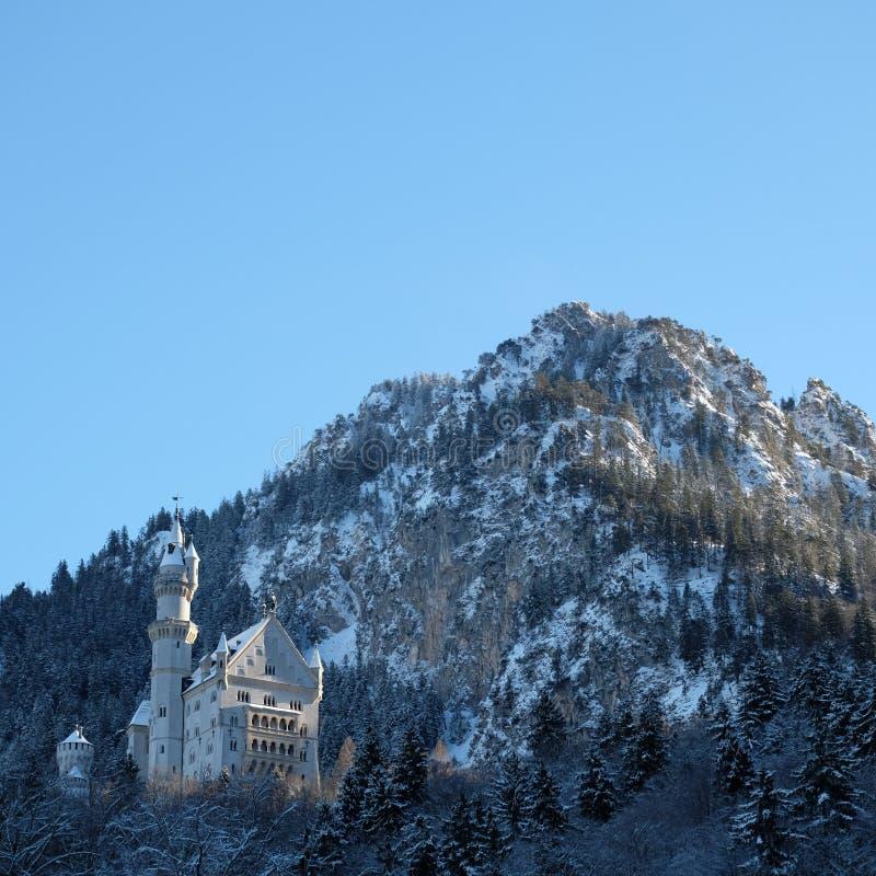 Sneeuwneuschwanstein-Kasteel tijdens de Winter stock foto