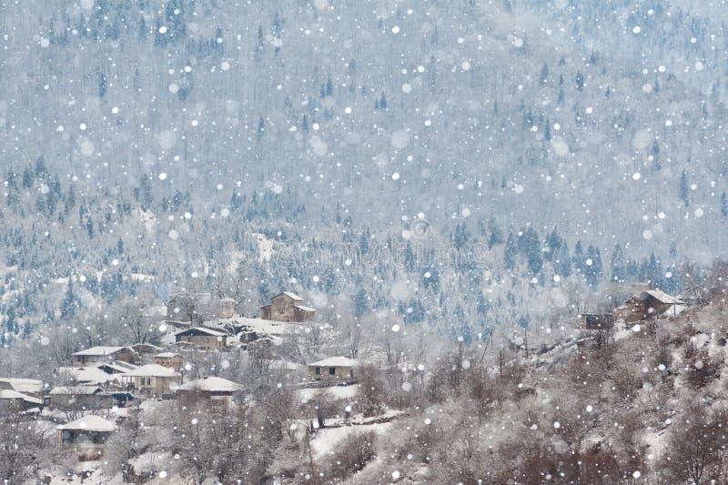 Sneeuwochtend in Svaneti-dorp stock fotografie