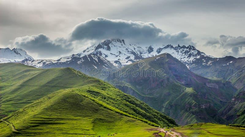 Sneeuwpiek van Kazbek-berg in Kazbegi, Stepantsminda, Georgië royalty-vrije stock fotografie