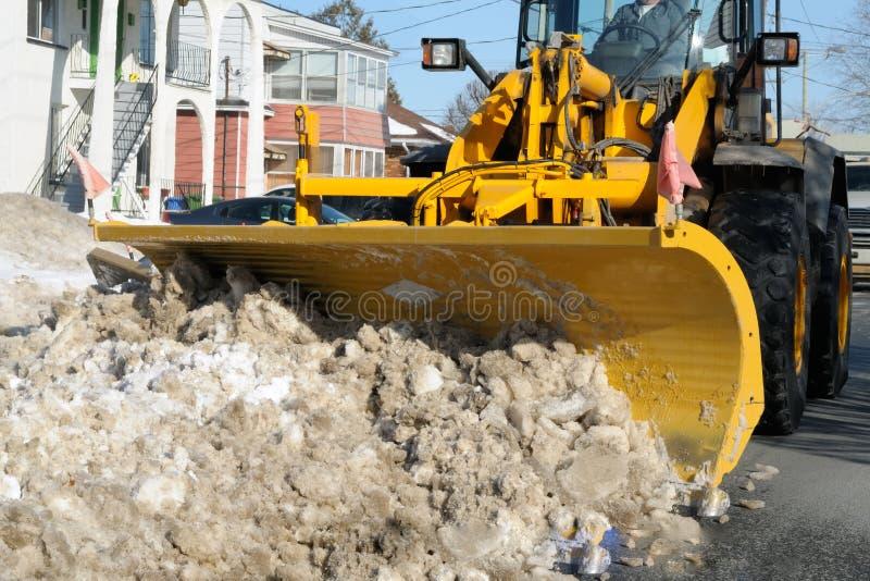 Sneeuwploeg in actie stock afbeelding
