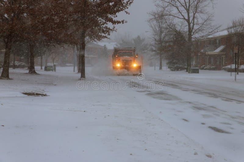Sneeuwploeg die sneeuw verwijderen uit stadsweg stock afbeelding