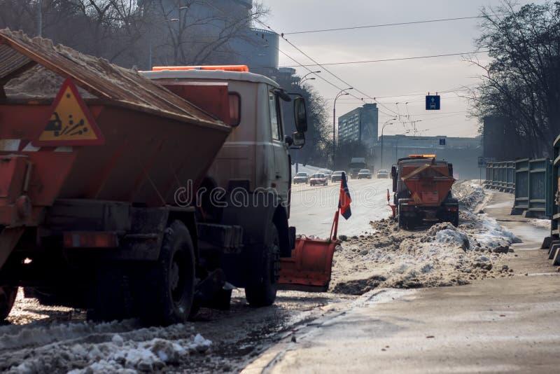 Sneeuwploeg die sneeuw verwijderen uit stadsweg royalty-vrije stock afbeeldingen