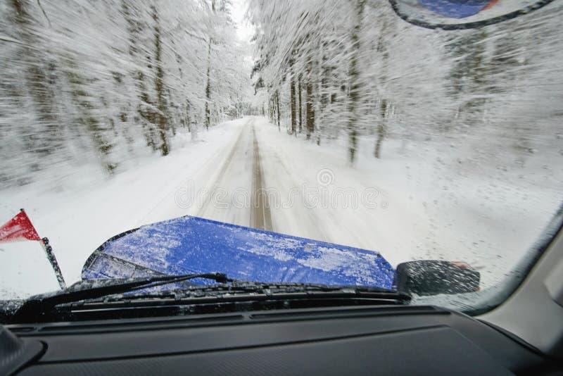 Sneeuwploeg op het werk - ploegende sneeuw van weg royalty-vrije stock afbeelding