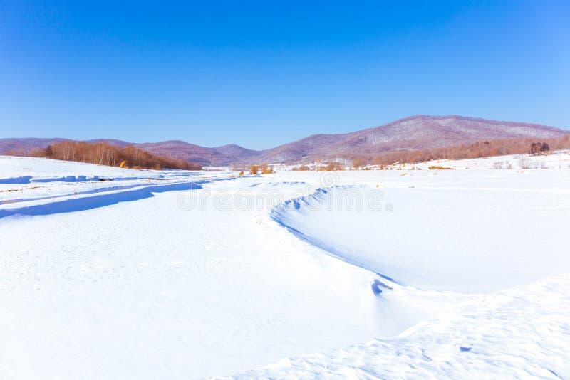 Sneeuwscène in bergdorp stock afbeelding
