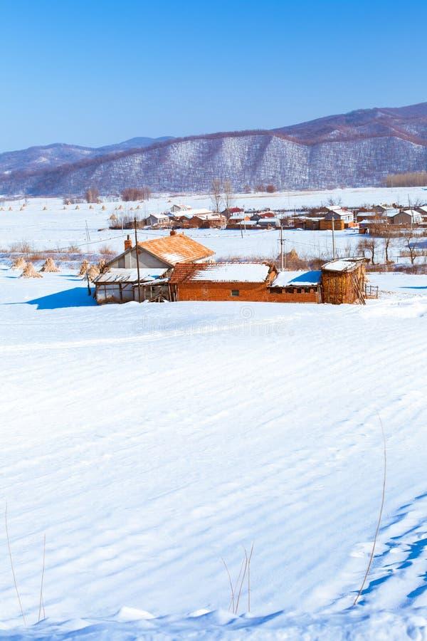 Sneeuwscène in bergdorp stock fotografie