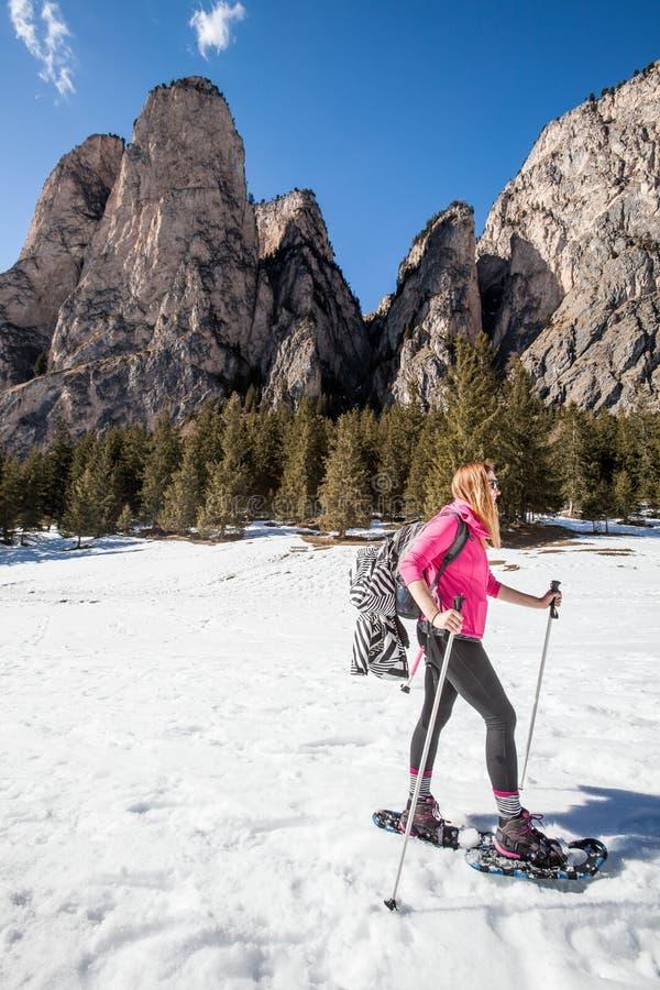 Sneeuwschoenen, actieve vrouw in de sneeuw Blauw, raad die, pensionair, het inschepen, oefening, uiterste, pret, vlieger, kiteboa royalty-vrije stock fotografie