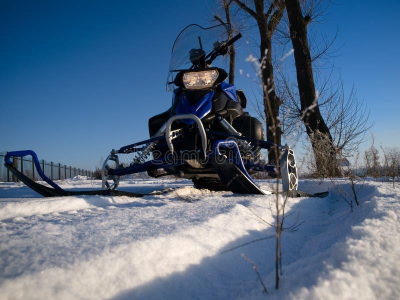 Sneeuwscooter en blauwe hemel stock fotografie