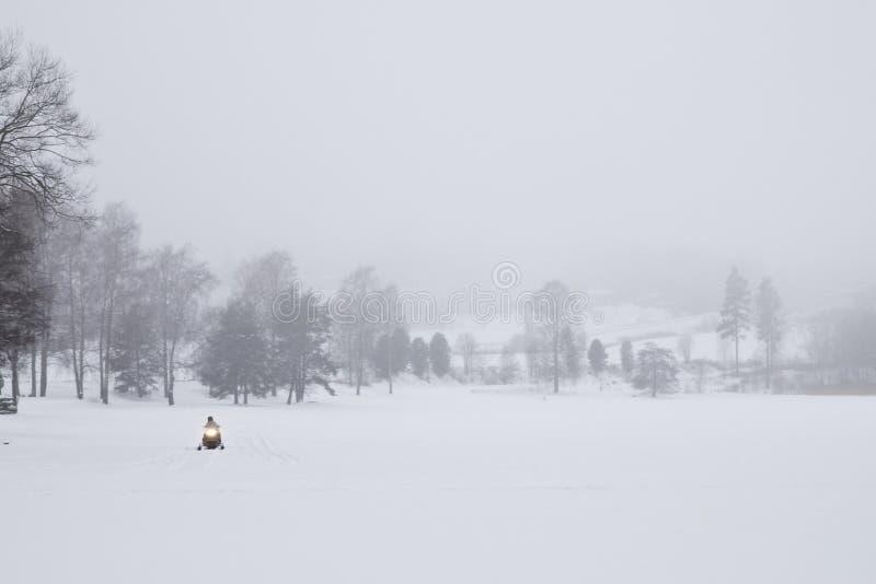 Sneeuwscooter in mist stock afbeelding