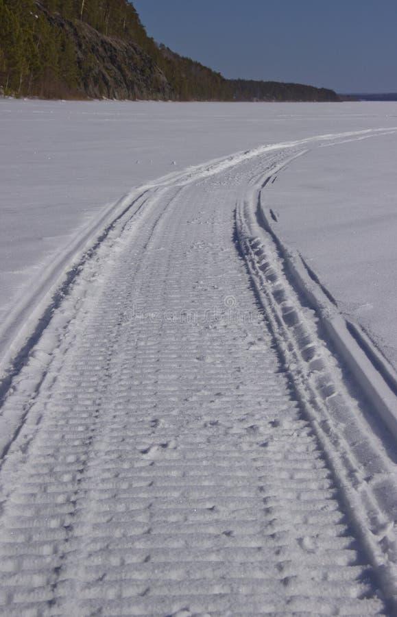 Sneeuwscootersleep in de winter royalty-vrije stock foto's
