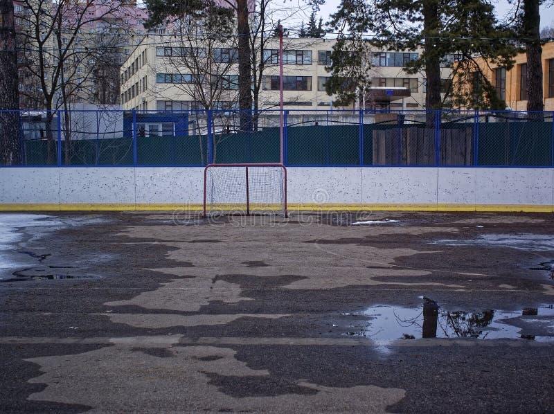 Sneeuwsmeltingen op het hockeygebied royalty-vrije stock afbeelding