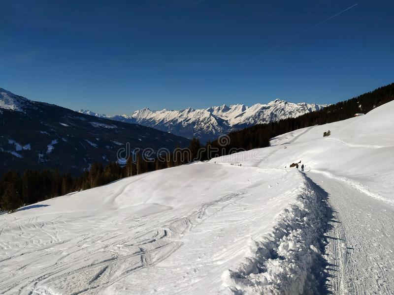Sneeuwsporen bovenop Alp Mountain stock afbeeldingen
